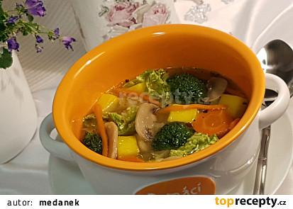 Kapustovo-brokolicová polévka s žampiony.