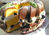 Bábovkový dort s jemným krémem, proložený borůvkami