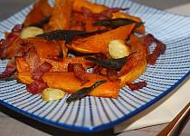 Batáty pečené s česnekem, šalvějí a slaninou