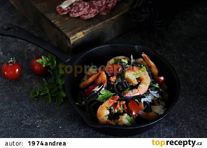 Sépiové špagety s krevetami a rajčaty