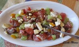 Šopský salát s bazalkou