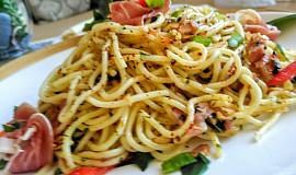 Špagety se slaninou, kořením a medvědím česnekem