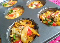 Těstovinové muffiny se zeleninou a sýrem