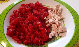 Vařená slepice s červeno-řepnou rýží - pro nejmenší