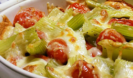 Zapečený řapíkatý celer s rajčaty a sýry