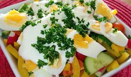 Barevný zeleninový salát s vejci