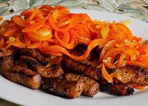 Marinované vepřové nudličky s mrkvovými špagetami
