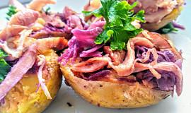 Pečené brambory plněné zelím a kuřecími uzenými stehny