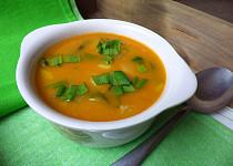 Pórková polévka s bramborem, paprikou a medvědím česnekem
