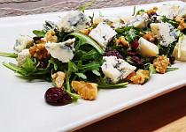 Salát s modrým sýrem, ořechy a brusinkami