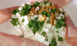 Sýrový salát se šunkou a ořechy
