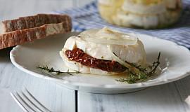 Nakládaný hermelín se sušenými rajčaty a medvědím česnekem