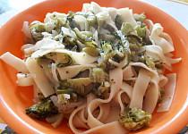 Široké nudle (tagliatelle) s cuketou a brokolicí