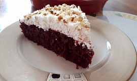Špaldový koláč s červenou řepou, ořechy a krémem z tvarohu a mascarpone