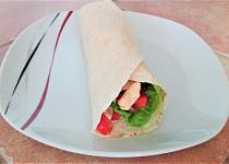 Tortilla s kuřecím masem a dresinkem