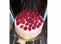 Vanilkový dort s jahodovým krémem a malinami