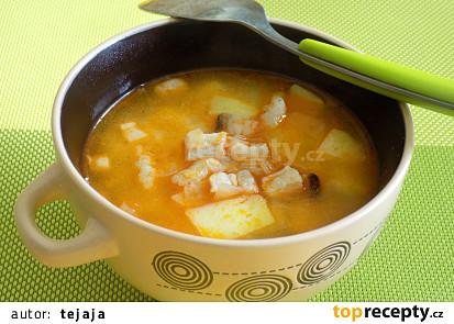 Brynzová polévka s brambory, haluškami a slaninou