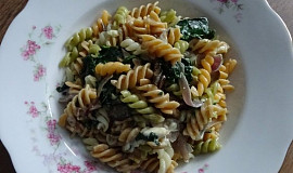 Celozrnné těstoviny se špenátem, Nivou a lesními hříbky