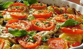 Gratinované brambory s rajčaty a žampiony