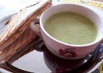 Hrášková polévka s pestem z medvědího česneku