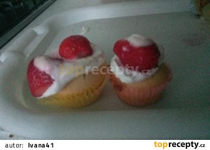 Košíčky z bábovkového těsta s jahodami