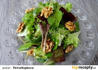 Listový salát s medovou zálivkou a vlašskými ořechy
