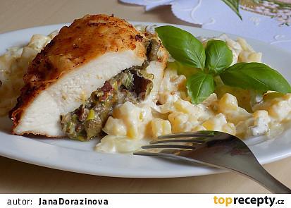 Máslová kuřecí kapsa s bramborovo-cibulovým salátem