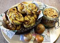 Škvarkové uzlíky s karamelovou cibulkou