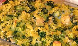 Zapečené těstoviny se špenátem, brokolicí a orestovaným masem