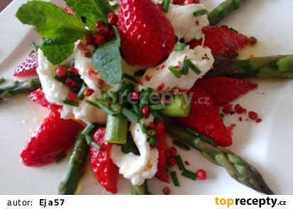 Chřest s jahodami a mozzarelou