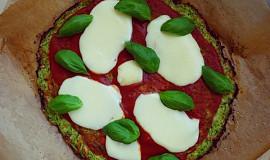 Cuketová low-carb pizza bez mouky s rajčaty, mozzarellou a bazalkou
