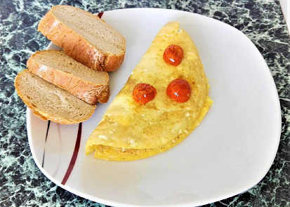 Omeleta se sýrem, rajčátky a bazalkou