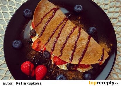 Pohankové palačinky s řeckým jogurtem a lesním ovocem