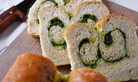 Rolovaný bílý chléb s pestem z medvědího česneku