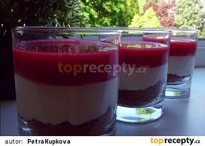 Smetanový pohár s karamelovými sušenkami a malinovým želé