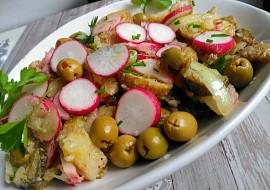 Barevný salát z pečených brambor s  ředkvičkami a olivami