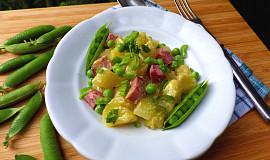 Bramborový salát s čerstvým hráškem a uzeným masem