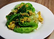 Hlávkový salát se smaženým vejcem