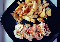 Kuřecí plněná roláda s opečenou slaninou