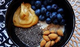 Rychlá kaše s čerstvým ovocem, oříšky, semínky a arašídovým máslem