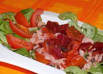 Těstoviny s  omáčkou  z rajčat a červené řepy