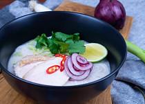 Thajská pálivá kuřecí polévka