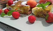 Dvouvrstvý moučník s tvarohem,  ovocem a vločkami