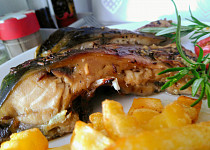 Grilovaný kapr na česneku, cibulích a bylinkách