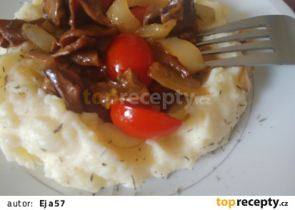 Houbovo papriková směs s rajčaty, podávaná s bramborovou kaší