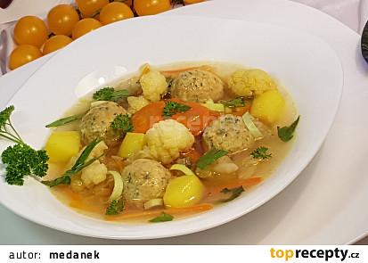 Květákovo-pórková polévka a drožďové knedlíčky s koprem.
