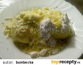 Kynuté jahodové knedlíky posypané tvarohem