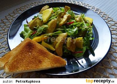 Listový salát s mangem, kuřecím masem a arašídovou zálivkou