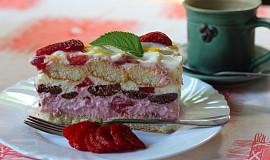 Nepečený vrstvený dort s jahodami