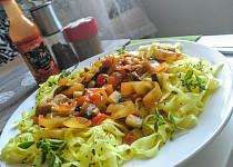 Rýžové kurkumové nudle s restovanou barevnou zeleninou